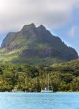 Das blaue Meer und die Wolken über dem Berg Otemanu auf Bora Bora-Insel, das Polynesien Lizenzfreies Stockbild