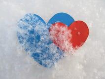 Das blaue und rote Herz mit sehr herein dem Schnee Lizenzfreies Stockbild