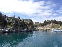 Das blaue Wasser des Türkises von Titicaca-See, Bolivien stockfotos
