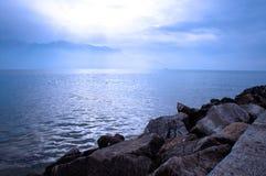 Das blaue Wasser Ende des Nachmittages Stockfotografie