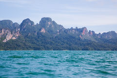 Das blaue Wasser von einem Gebirgssee Lizenzfreie Stockbilder