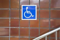 Das blaue Zeichen, das auf Rollstuhlverwendung anzeigt Lizenzfreie Stockfotos