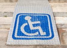 Das blaue Zeichen, das Rollstuhlverwendung auf Rampe für behindertes p anzeigt Lizenzfreie Stockfotos