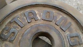 Das Blech mit den Buchstaben STARK, die Rost weg polisheding Stockbilder