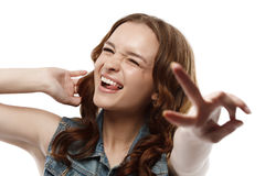 Das Blinzeln des Mädchens zeigt Geste der Sieghand Stockbild