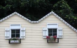 Das Blockhaus mit einem schönen Fenster Lizenzfreies Stockbild