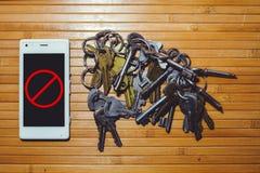 Das Blockieren und das Verbieten des Telegramms, Verschlüsselungsschlüssel befinden sich nahe bei dem Telefon Stockfotografie
