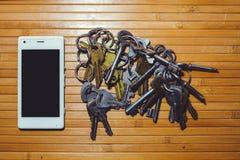 Das Blockieren und das Verbieten des Telegramms, Verschlüsselungsschlüssel befinden sich nahe bei dem Telefon Lizenzfreie Stockbilder
