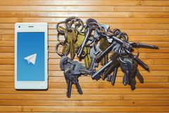Das Blockieren und das Verbieten des Telegramms, Verschlüsselungsschlüssel befinden sich nahe bei dem Telefon Stockfotos