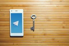 Das Blockieren und das Verbieten des Telegramms, Verschlüsselungsschlüssel befinden sich nahe bei dem Telefon Lizenzfreie Stockfotos