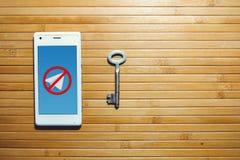 Das Blockieren und das Verbieten des Telegramms, Verschlüsselungsschlüssel befinden sich nahe bei dem Telefon Lizenzfreies Stockfoto