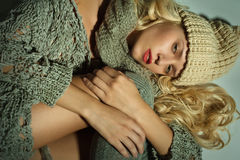 Das blonde Mädchen auf einem grauen Hintergrund Stockfoto