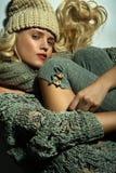 Das blonde Mädchen auf einem grauen Hintergrund Lizenzfreie Stockfotos
