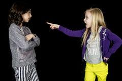 Das blonde Mädchen, das beschuldigen Finger auf den netten großen Freund zeigt, drücken aus Lizenzfreie Stockbilder