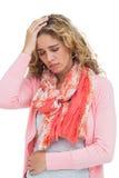 Das blonde Mädchen, das Kopfschmerzen und Bauch hat, schmerzen Lizenzfreie Stockfotografie