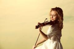 Das blonde Mädchen mit einer Violine im Freien Lizenzfreies Stockfoto