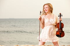 Das blonde Mädchen mit einer Violine im Freien Lizenzfreie Stockbilder