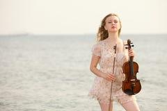 Das blonde Mädchen mit einer Violine im Freien Lizenzfreies Stockbild