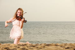 Das blonde Mädchen mit einer Violine im Freien Lizenzfreie Stockfotos