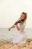 Das blonde Mädchen mit einer Violine im Freien Stockbilder
