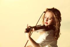 Das blonde Mädchen mit einer Violine im Freien Lizenzfreie Stockfotografie