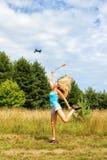 Das blonde Mädchen mit Fliegenklatschen fährt weg Brummen Lizenzfreie Stockfotos