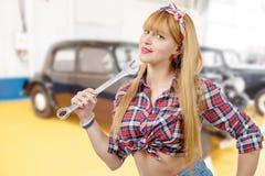 Das blonde Pin-up-Girl hält einen Schlüssel Lizenzfreie Stockfotografie