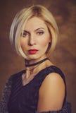 Das blonde Porträt des Mädchens in den Gefühlen eines Studios Stockbild