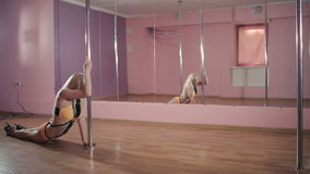 Das blonde Tanzen auf dem Pfosten im Tanzstudio stock video