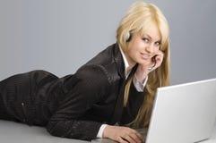 Das blonde und der Laptop Stockbild