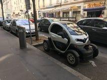 Das Bluely-Elektroautoteilen Renault Twizy schloss die Straße an Lizenzfreies Stockbild