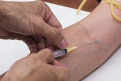Das Blut vorbereiten gezeichnet vom Arm stockfotos