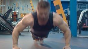 Das Bodybuilderhandeln drückt hoch stock footage