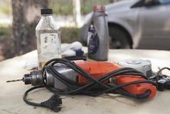 Das Bohrgerät und die Werkzeuge stockfoto