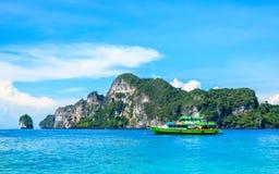 Das Boot in andaman Meer Phi Phi Islands Krabi Thailand lizenzfreie stockfotos