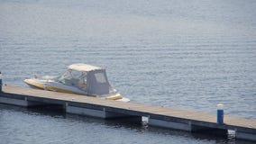 Das Boot auf dem Dock stock video