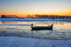 Das Boot auf dem Fluss Stockbild