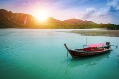 Das Boot auf dem Meer mit Sonnenunterganglicht am Abend an Krabi-provi Stockfotografie