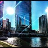 Das Boot, das auf Chicago River als Sonne gesehen wird, fängt an, am Frühlingsabend einzustellen Stockfoto