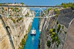 Das Boot, das den Korinth-Kanal in Griechenland kreuzt Lizenzfreie Stockfotos