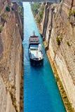 Das Boot, das den Korinth-Kanal in Griechenland kreuzt Stockfotos
