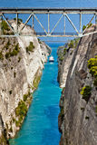 Das Boot, das den Korinth-Kanal in Griechenland kreuzt Stockbild