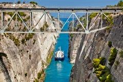 Das Boot, das den Korinth-Kanal in Griechenland kreuzt Stockbilder