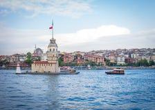 Das Boot, das Erstturm Kiz Kulesi in Istanbul, Türke sich nähert Lizenzfreies Stockbild