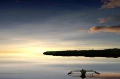 Das Boot des Fischers am Sonnenuntergang Stockbilder