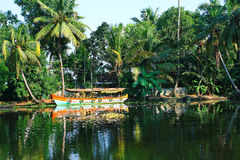 Das Boot in einer Lagune der Kerala-Stauwasser Stockfotografie