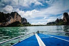 Das Boot fahren gegen Trauminseln Lizenzfreies Stockfoto