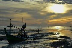 Das Boot ging zum Sonnenaufgang im Ozean zurück stockfoto