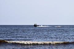 Das Boot hetzt durch das Meer In den Bootsflüchtlingen Meerblick in Stockbilder