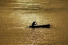 Das Boot im Fluss Stockbild